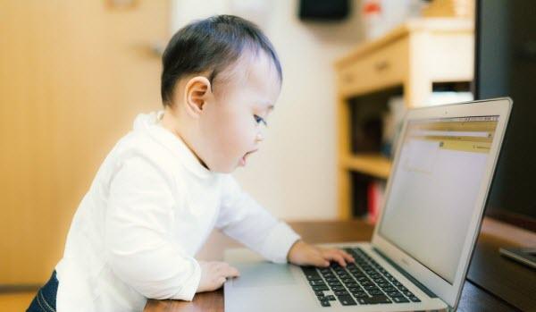 使えるシステムトレードソフトがいっぱいあってビックリしている赤ちゃん